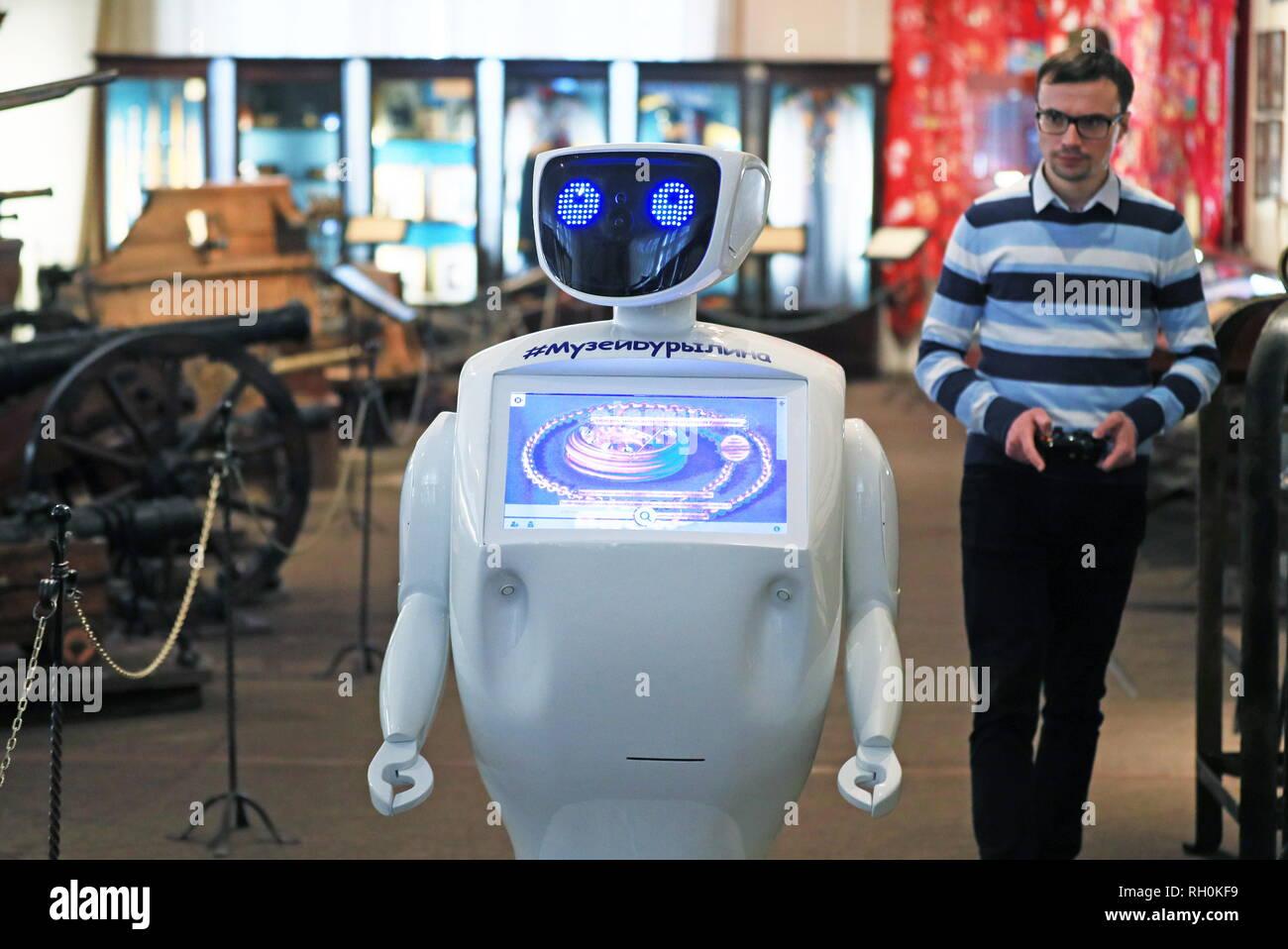 Ivanovo, Russie. Jan 31, 2019. IVANOVO, RUSSIE - 31 janvier 2019: Promobot V.2 robot nommé Mitya interactive musée (mate) exerce les fonctions d'administrateur et Navigator à l'Ivanovo Musée de l'industrie et l'art. Le robot créé par la société Promobot Perm a été acheté par le musée de donner accès aux œuvres d'art pour les personnes handicapées. Vladimir Smirnov/crédit: TASS ITAR-TASS News Agency/Alamy Live News Photo Stock