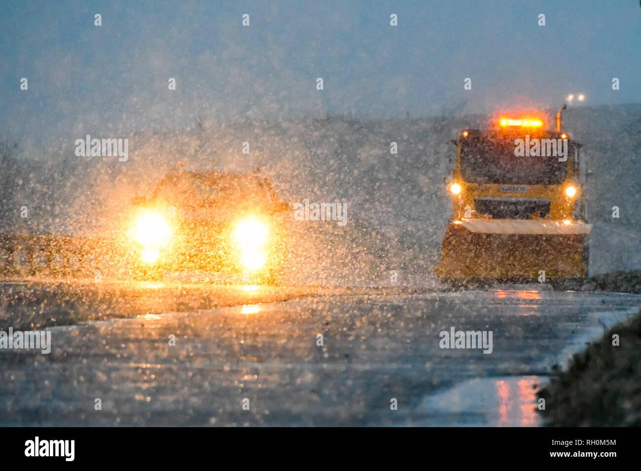 A35, Long Bredy, Dorset, UK. 31 janvier 2019. Météo britannique. Le sablage d'un camion avec un chasse-neige équipés pour traiter la route avec du sel comme neige au crépuscule. Une alerte météo Orange a été émise pour le sud-ouest de l'Angleterre avec 5-10cm de neige prévu pour l'automne. Crédit photo: Graham Hunt Photography/Alamy Live News Photo Stock