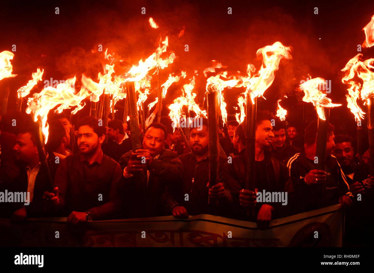 Guwahati, Assam, Inde. 31 janvier, 2019. Protestation contre le projet de loi portant modification de la loi de citoyenneté. Guwahati, Assam, Inde. Le 31 janvier 2019. Tous les militants de l'Assam Students Union (AASU) ainsi que 30 organisations autochtones prendre une lumière de torches procession pour protester contre la modification de la loi de citoyenneté. Le projet de loi s'efforcera d'accorder la citoyenneté à des minorités qui ont fui la persécution religieuse du Bangladesh voisin, le Pakistan et l'Afghanistan vers l'Inde. Crédit: David Talukdar/Alamy Live News Photo Stock