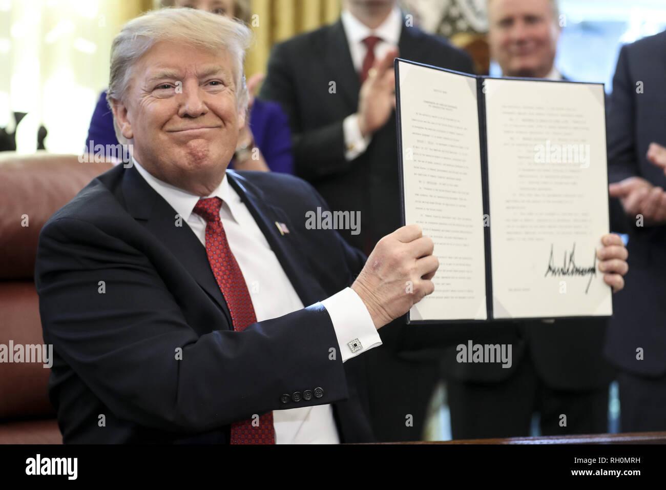 Washington, District de Columbia, Etats-Unis. Jan 31, 2019. Le Président des Etats-Unis, Donald J. Trump est titulaire d'un a signé le décret pour renforcer l'Administration d'Atout ''La politique Buy American'' en encourageant des bénéficiaires d'une aide financière fédérale pour l'infrastructure à ''Buy American'' dans le bureau ovale de la Maison Blanche le 31 janvier 2019 à Washington, DC. Credit: Oliver Contreras/Piscine via CNP Crédit: Oliver Contreras/CNP/ZUMA/Alamy Fil Live News Photo Stock