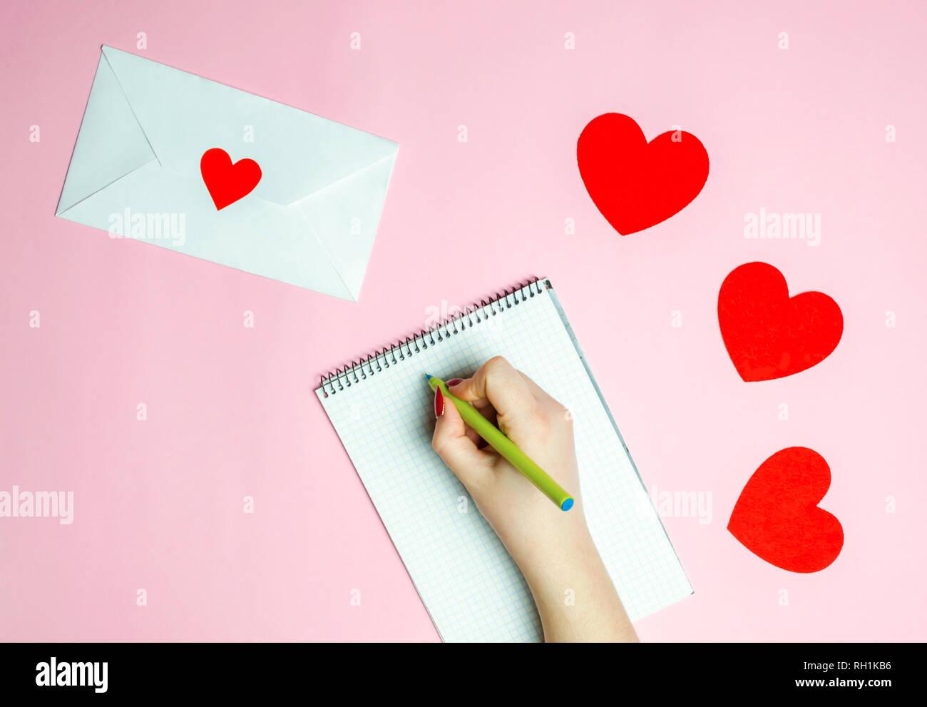 Main Femme écrit Une Lettre Damour Valentines Day Concept
