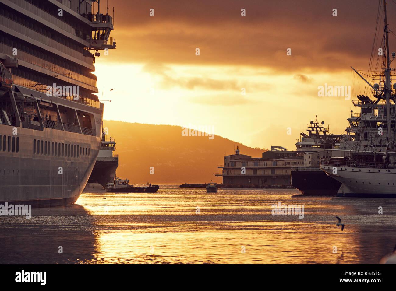 Ferry à Port au coucher du soleil Banque D'Images