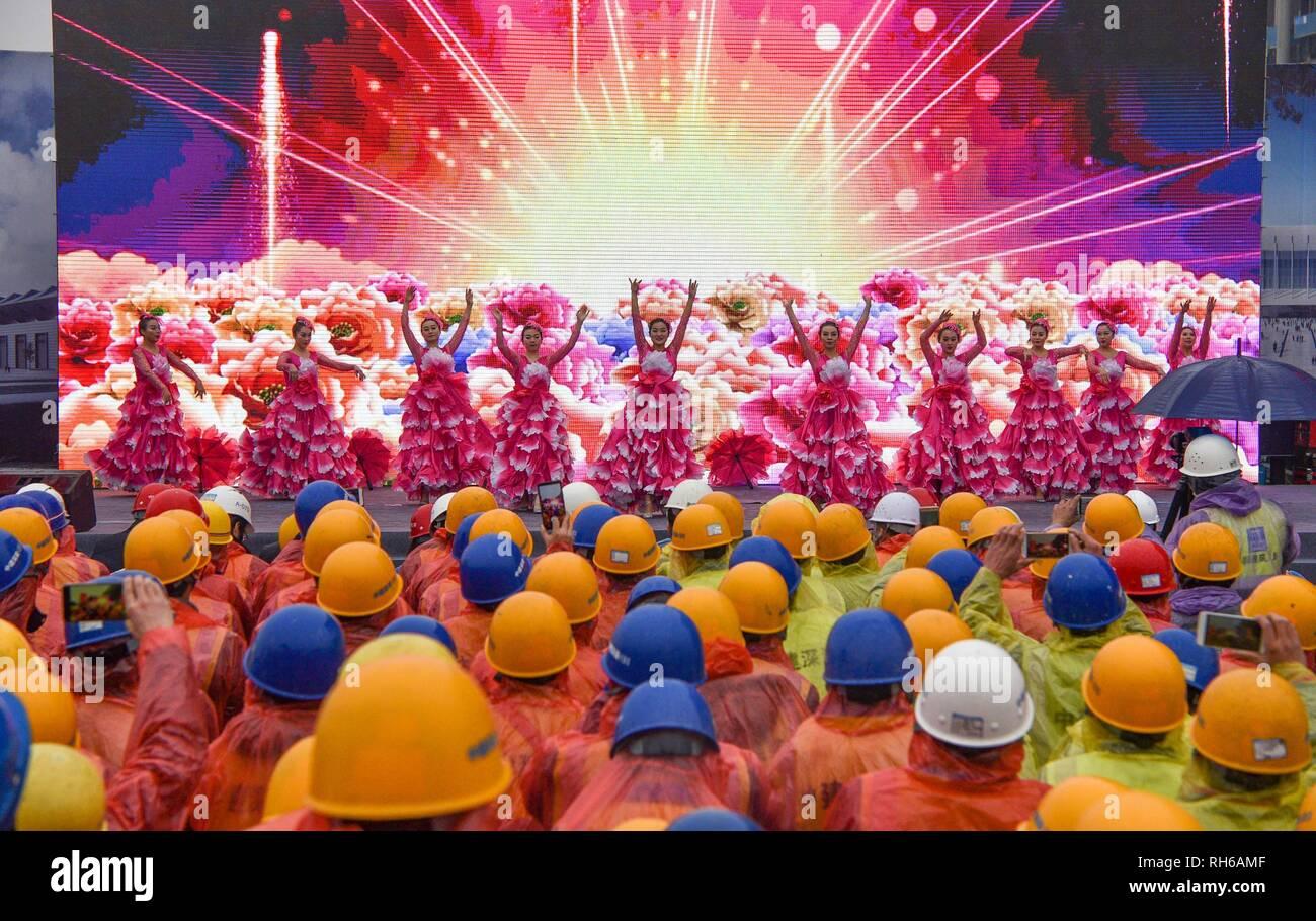 Xi'an, Chine. 1er février 2019. Les artistes interprètes ou exécutants de l'opéra de Sichuan effectuer visage change à un siteShaanxi construction Province. Crédit: SIPA Asie/ZUMA/Alamy Fil Live News Photo Stock