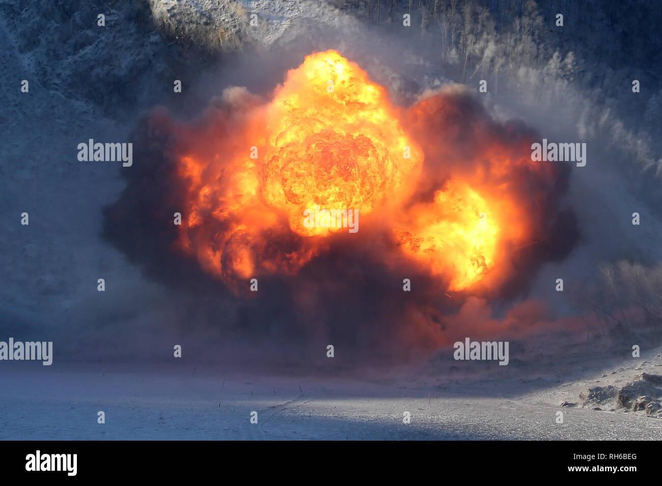 La Russie. 06Th Feb 2019. Territoire de Khabarovsk, Russie - Février 1, 2019: Le ministère russe de la Défense effectue une opération de dynamitage sur la rivière Bureya bloqué par une pente de montagne s'est effondrée après un glissement récent près de la centrale hydroélectrique d'Bureyskaya et constituant une menace d'inondation dans le territoire de Khabarovsk. Stanislav Krasilnikov/crédit: TASS ITAR-TASS News Agency/Alamy Live News Photo Stock