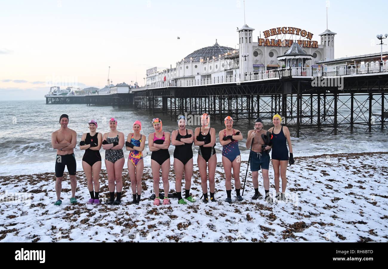 Brighton UK 1er février 2019 - La neige n'empêche pas les membres du Club de natation de Brighton en tenant leur piquer tôt le matin aujourd'hui après une forte chute de neige pendant la nuit . La neige et la glace a causé des problèmes avec les transports publics dans tout le sud et de nombreuses écoles sont fermées en Grande-Bretagne Crédit: Simon Dack/Alamy Live News Photo Stock