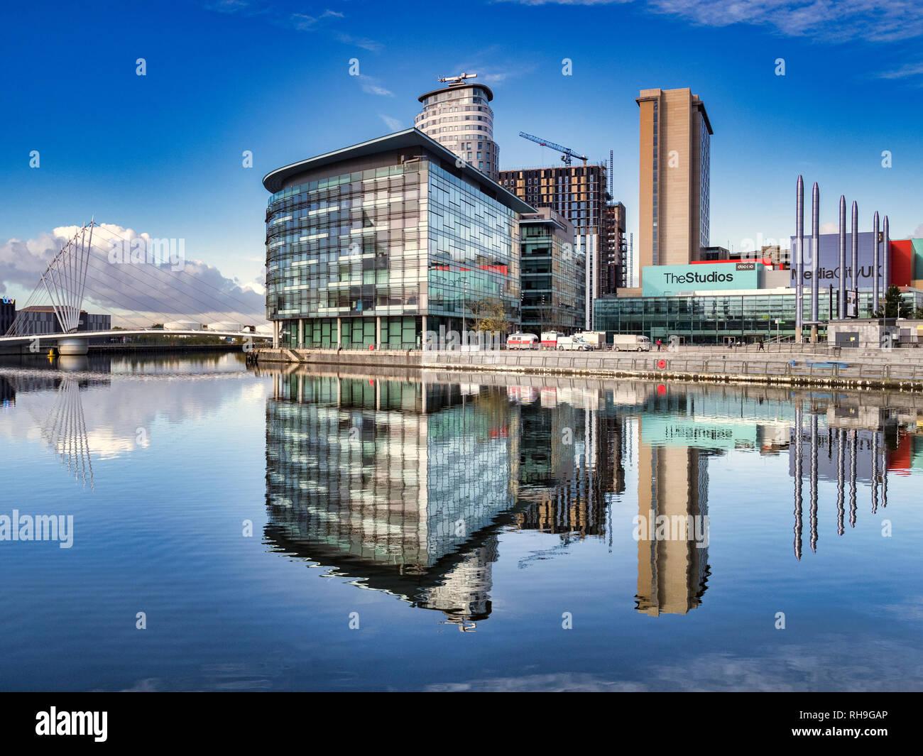 2 novembre 2018: Manchester, UK - Media City UK compte dans le Manchester Ship Canal, sur une parfaite journée d'automne. Photo Stock