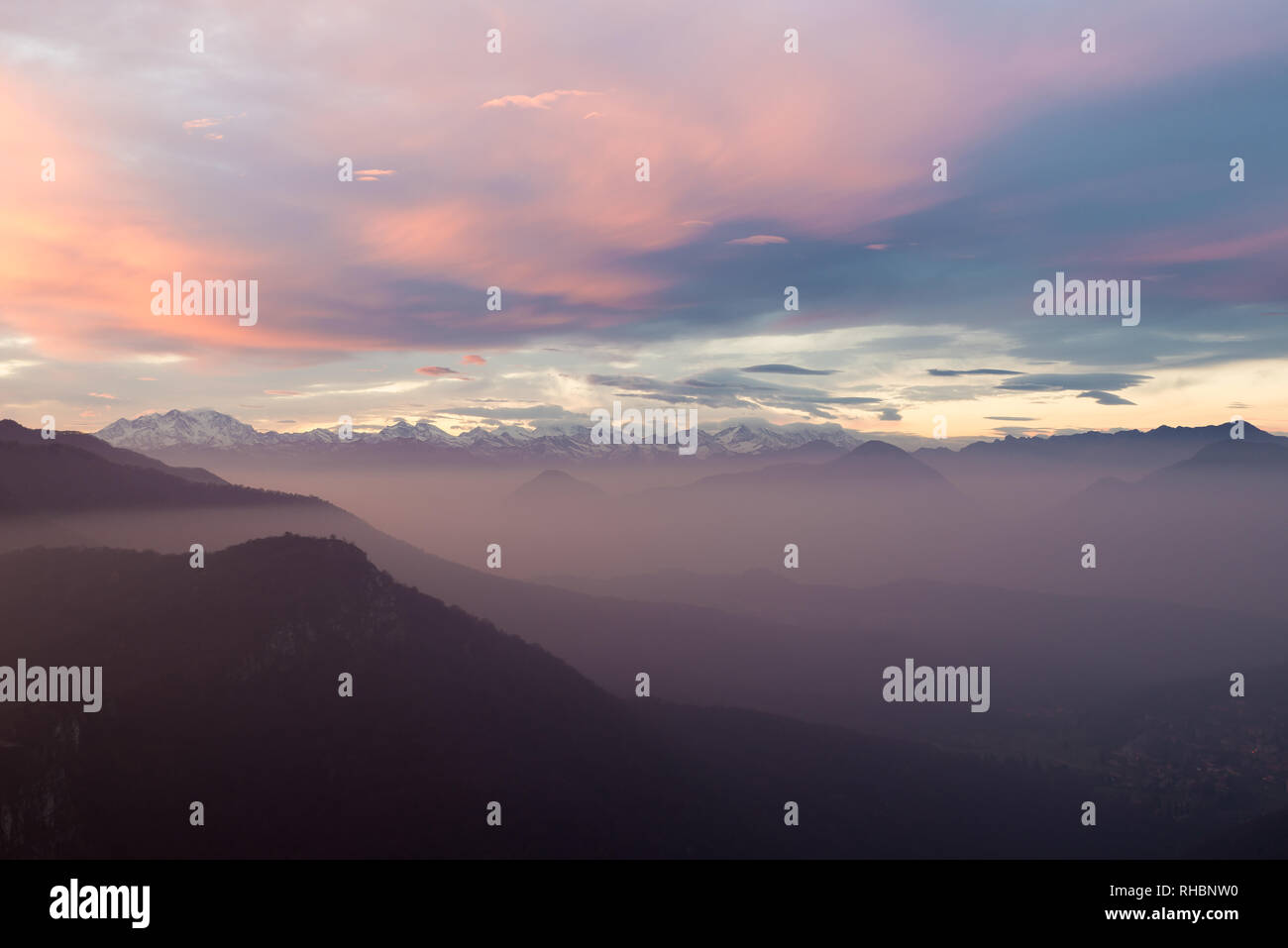 La chaîne des Alpes avec le Mont Rose, coucher de soleil colorés avec brouillard, Italie Photo Stock