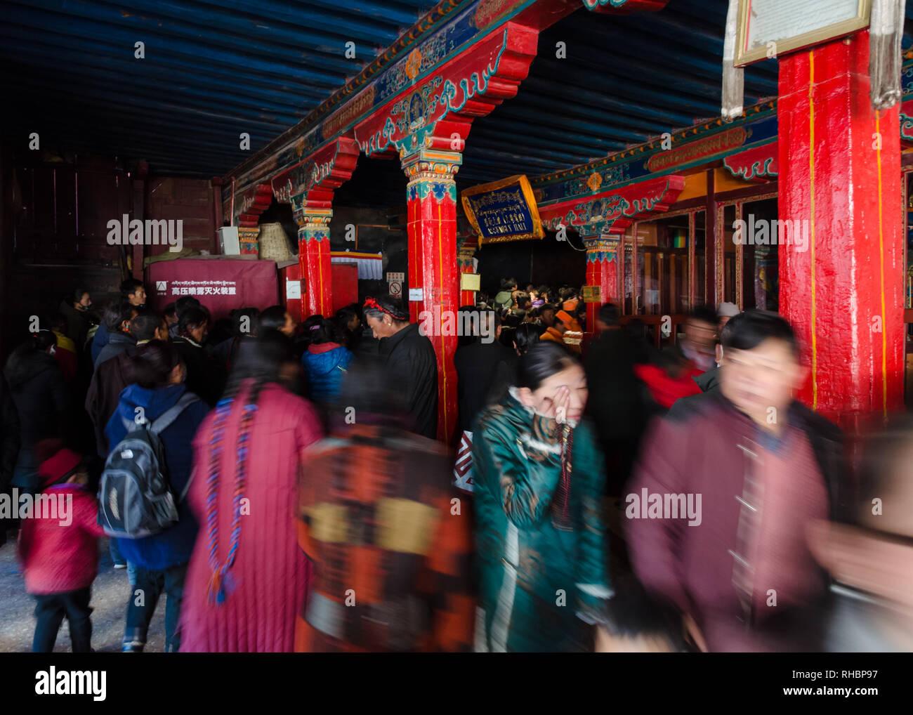 Foule des pèlerins bouddhistes tibétains à l'entrée du monastère de Tashi Lhunpo, Shigatse, Tibet Photo Stock