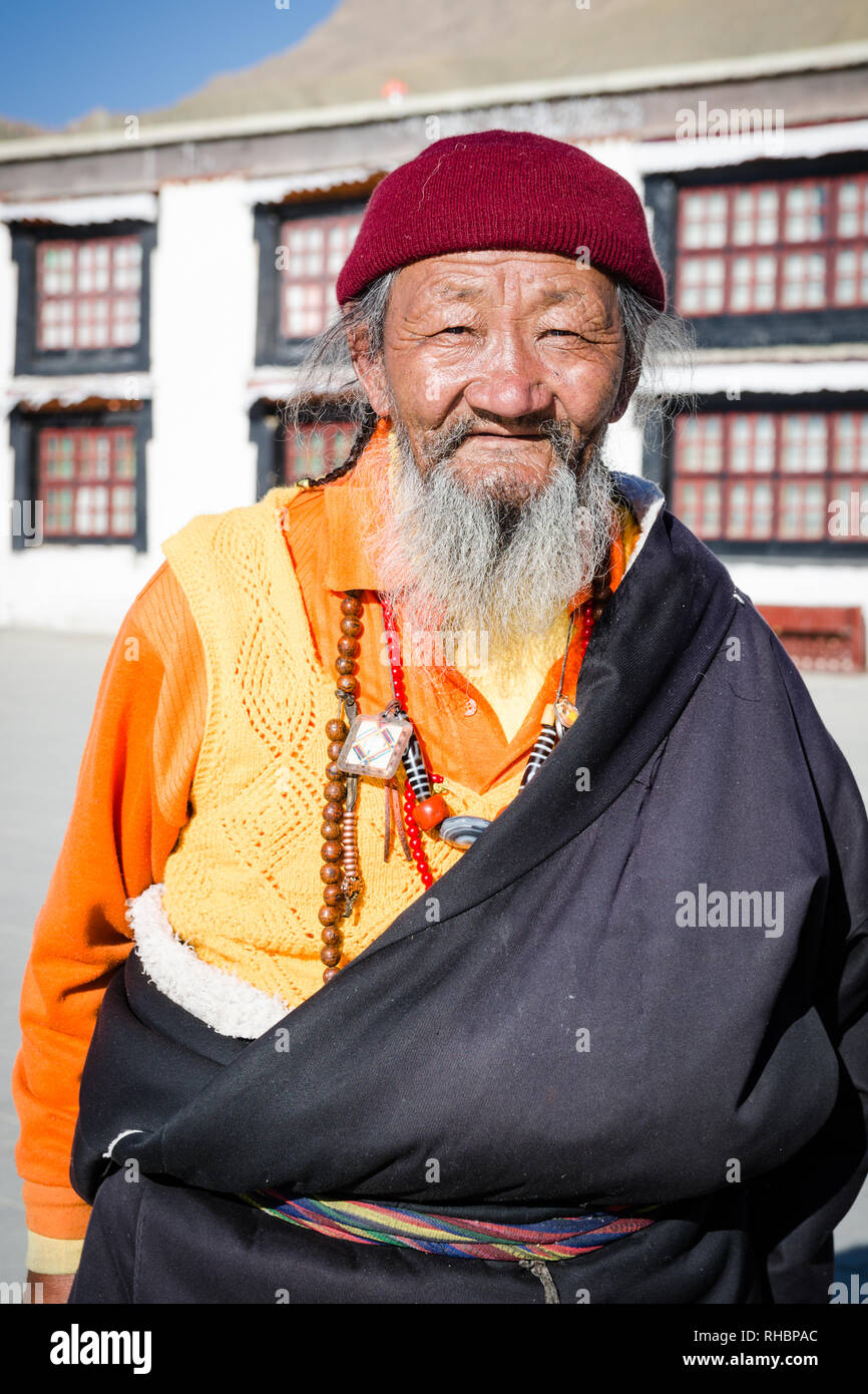 Portrait d'un vieux Pèlerin Bouddhiste Tibétain avec une longue barbe dans le monastère de Tashi Lhunpo, Shigatse, Tibet Photo Stock