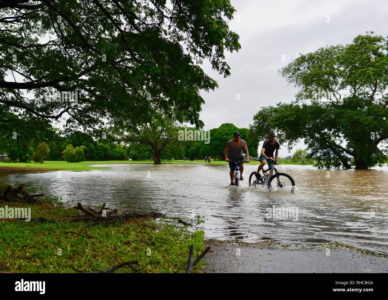 Townsville, Queensland, Australie. Feb, 2019 2. L'inondation a continué de s'aggraver à mesure que le déluge a continué et plus d'eau a été libéré de l'buldging barrage Ross River pour empêcher l'échec de la mur de barrage. Crédit: P&F Photography/Alamy Live News Photo Stock