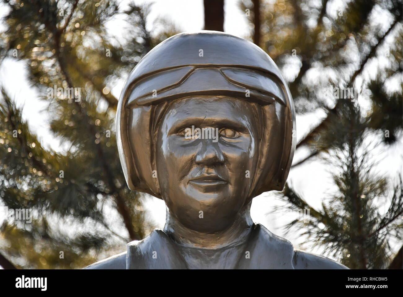 La Russie. 09Th Feb 2019. PRIMORYE TERRITORY, RUSSIE - Février 2, 2019: un monument à pilote russe, héros de la Fédération de Russie, Roman Filipov à un régiment de l'aviation d'assaut de la Fédération du District militaire de l'Est dans le village de Chernigovka. L'essai d'un romain Filipov Sukhoi Su-25 jet avions sur la zone de la désescalade d'Idlib en Syrie lors d'une mission de surveillance du cessez-le-feu lorsque son avion a été abattu par des terroristes. Le pilote a été tué dans une fusillade avec les terroristes après qu'il a éjecté. Credit: ITAR-TASS News Agency/Alamy Live News Photo Stock