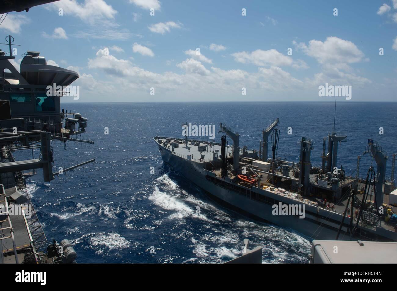 La reconstitution de la flotte oiler USNS Guadalupe (T-AO 200) cuit avec le porte-avions USS JOHN C. STENNIS (CVN 74) au cours d'un ravitaillement en mer dans l'Océan Indien, le 31 janvier 2019. Le John C. Stennis est déployé pour la 7è zone des opérations de la flotte à l'appui de la sécurité et de la stabilité dans la région Indo-Pacifique. (U.S. Photo par marine Spécialiste de la communication de masse Seaman Apprentice Jordanie Ripley) Photo Stock