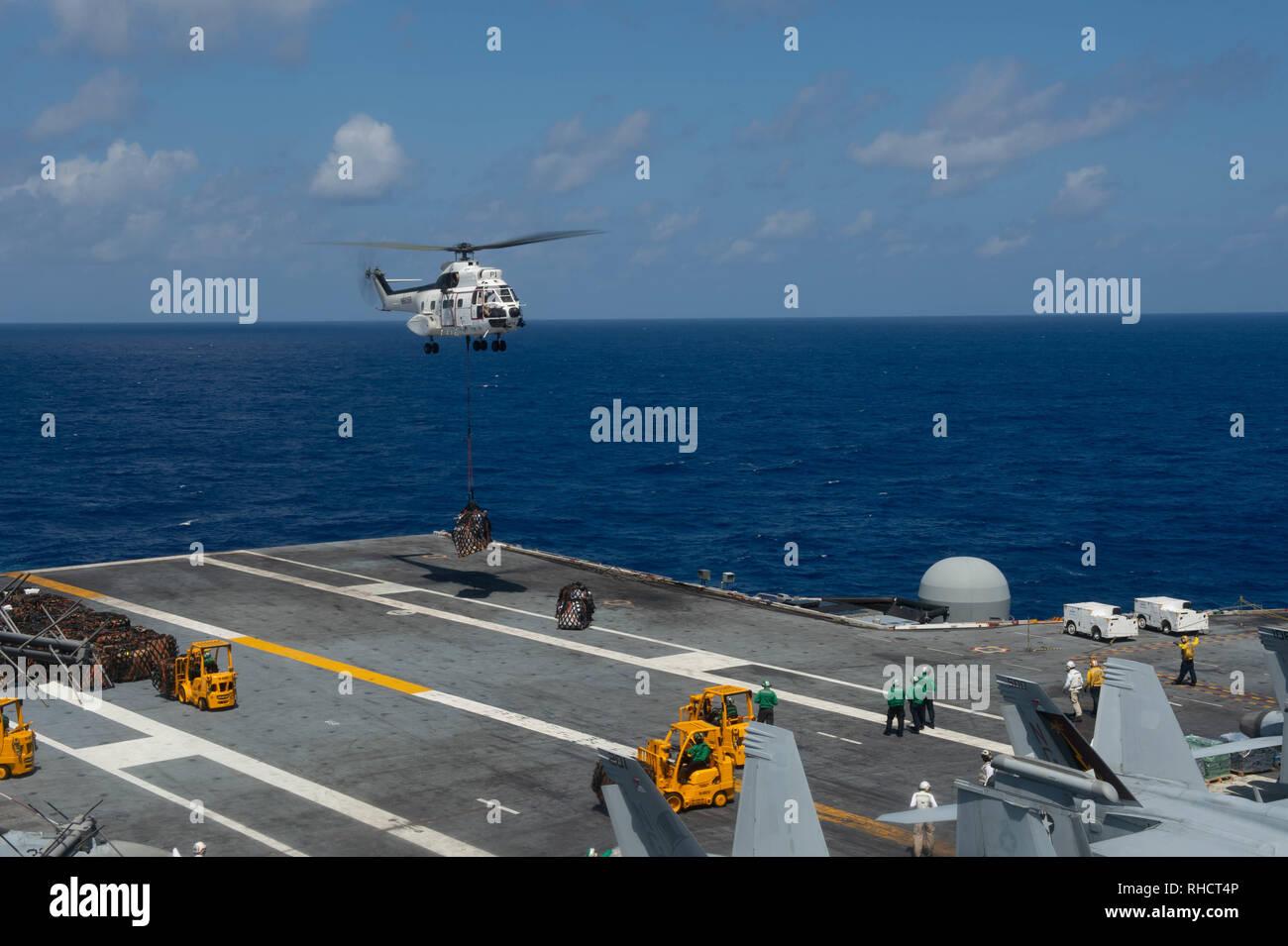Un SA-330J hélicoptère Puma décharge la cargaison sur le pont d'envol du porte-avions USS JOHN C. STENNIS (CVN 74) au cours d'un ravitaillement en mer dans l'Océan Indien, le 31 janvier 2019. Le John C. Stennis est déployé pour la 7è zone des opérations de la flotte à l'appui de la sécurité et de la stabilité dans la région Indo-Pacifique. (U.S. Photo par marine Spécialiste de la communication de masse Seaman Apprentice Jordanie Ripley) Photo Stock