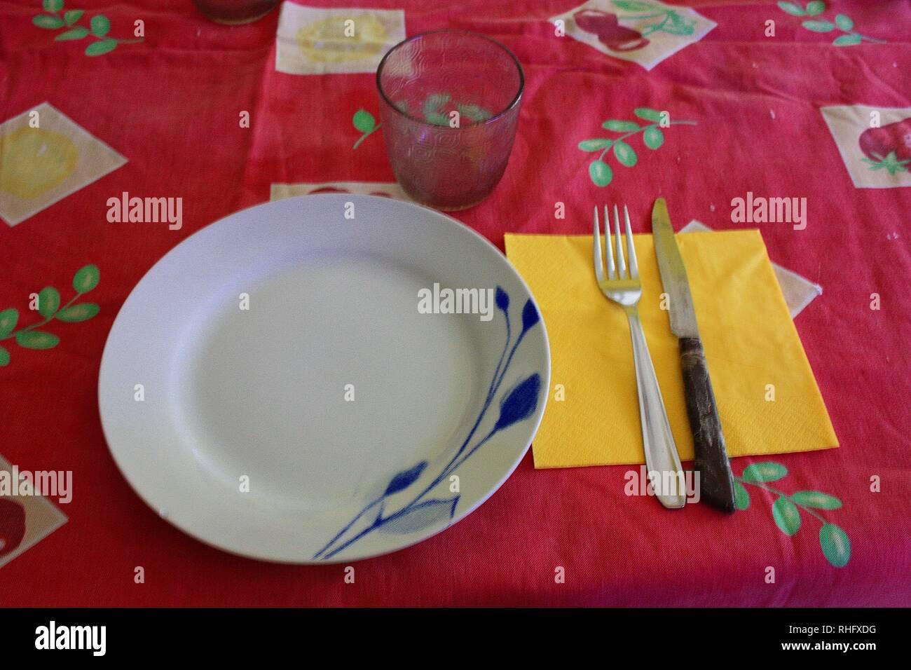 Set De Table Avec Des Assiettes Nappe Verre Et Couverts