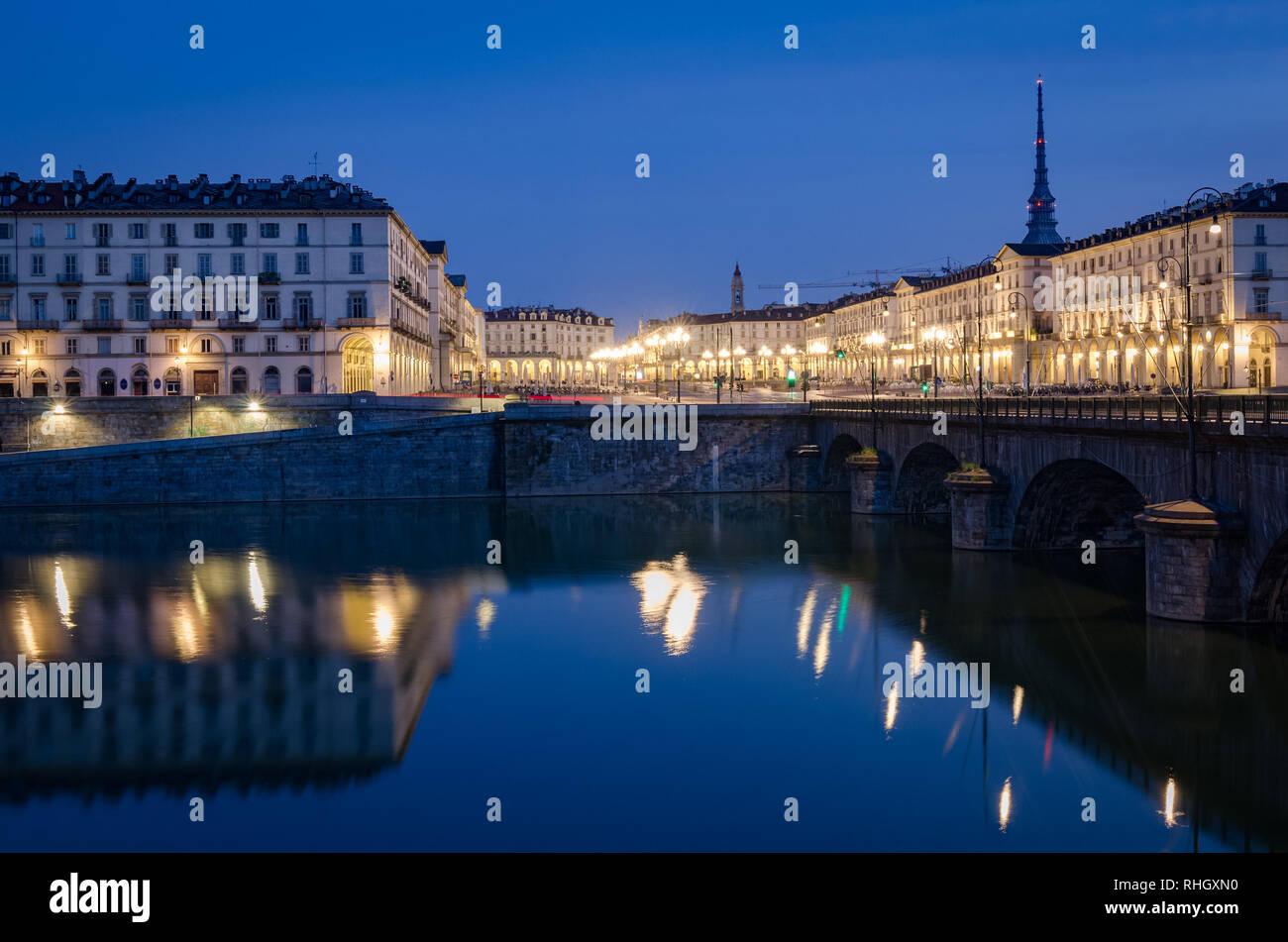 Turin vue sur la Piazza Vittorio et Mole Antonelliana au crépuscule Banque D'Images