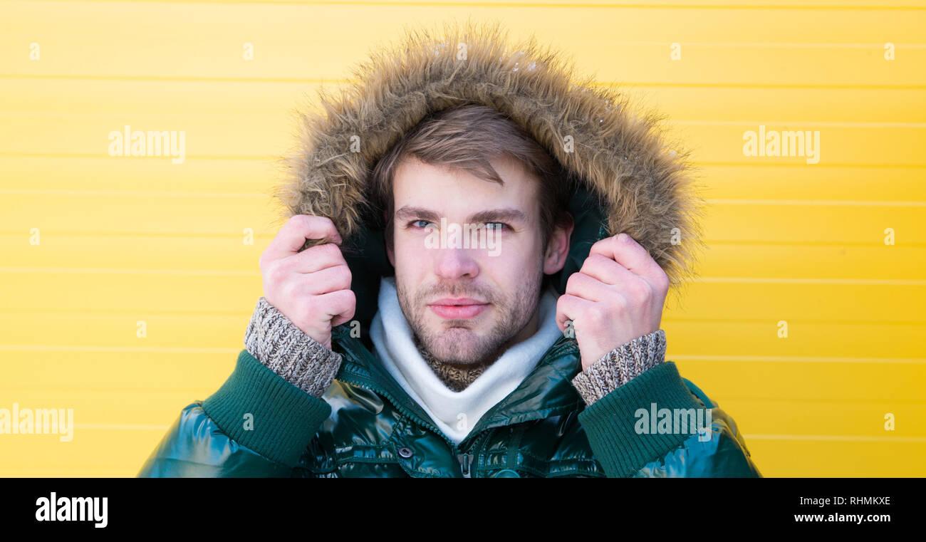 534b83114e916a Garder au chaud. Vêtements d'hiver confortables. Vêtements pour homme  élégant d'hiver. Hipster barbu homme porter ...