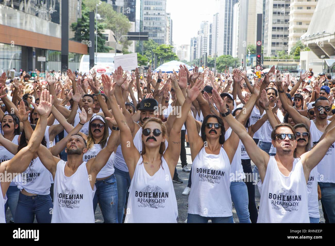 Sao Paulo, Brésil. 06Th Nov, 2019. Des centaines de personnes à effectuer flashmob en l'honneur de la Reine de la bande et de son leader Freddie Mercury. L'action s'inscrit dans le cadre du mouvement STOMPFORQUEEN, lancé dans le monde entier le 15 janvier dans les réseaux sociaux et, en plus de la promotion d'un grand hommage à la bande, vise à encourager les dons à l'établissement Mercure Phoenix Trust, créé en 1992 pour lutter contre le sida et d'apporter un soutien aux patients. 3, 2019. Credit: Dario Oliveira/ZUMA/Alamy Fil Live News Crédit: ZUMA Press, Inc./Alamy Live News Photo Stock