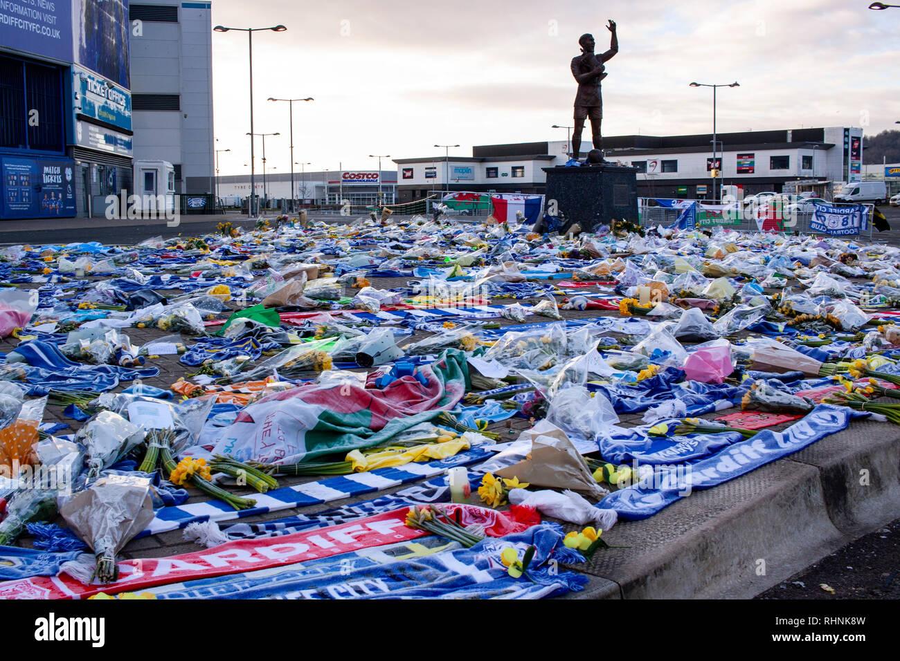 Cardiff, Royaume-Uni. 06Th Feb 2019. Les partisans de la ville de Cardiff laisser hommages récents pour signature Janvier Emiliano Sala autour de la statue, Fred Keenor sur le matin, un deuxième secteur rechercher des traces de l'avion disparu a été lancé. Credit: Lewis Mitchell/Alamy Live News Photo Stock