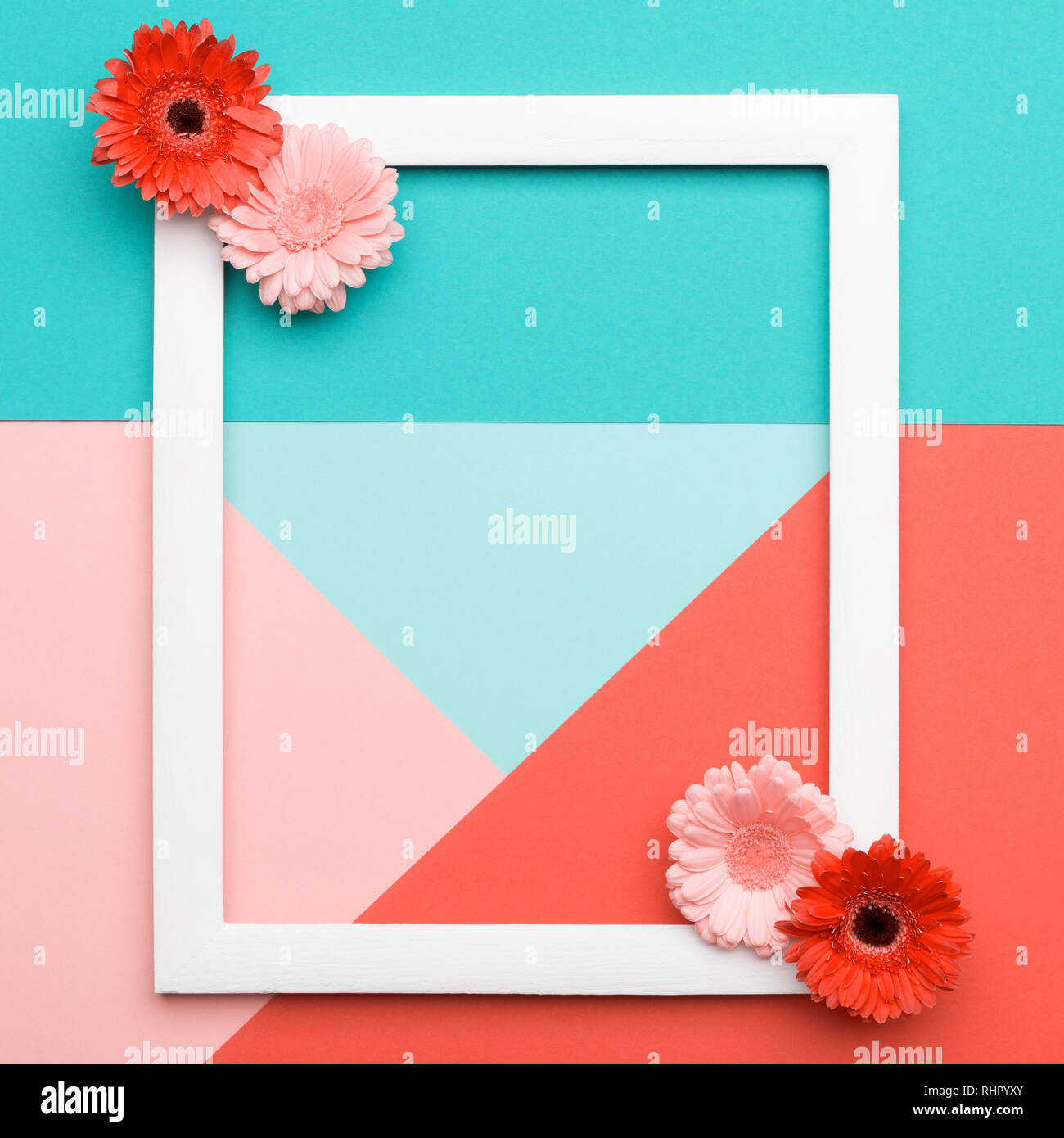Happy Mother's Day, Journée de la femme, la Saint Valentin ou anniversaire fond corail vivant. Télévision Floral minimalisme laïcs motifs géométriques carte de vœux. Photo Stock