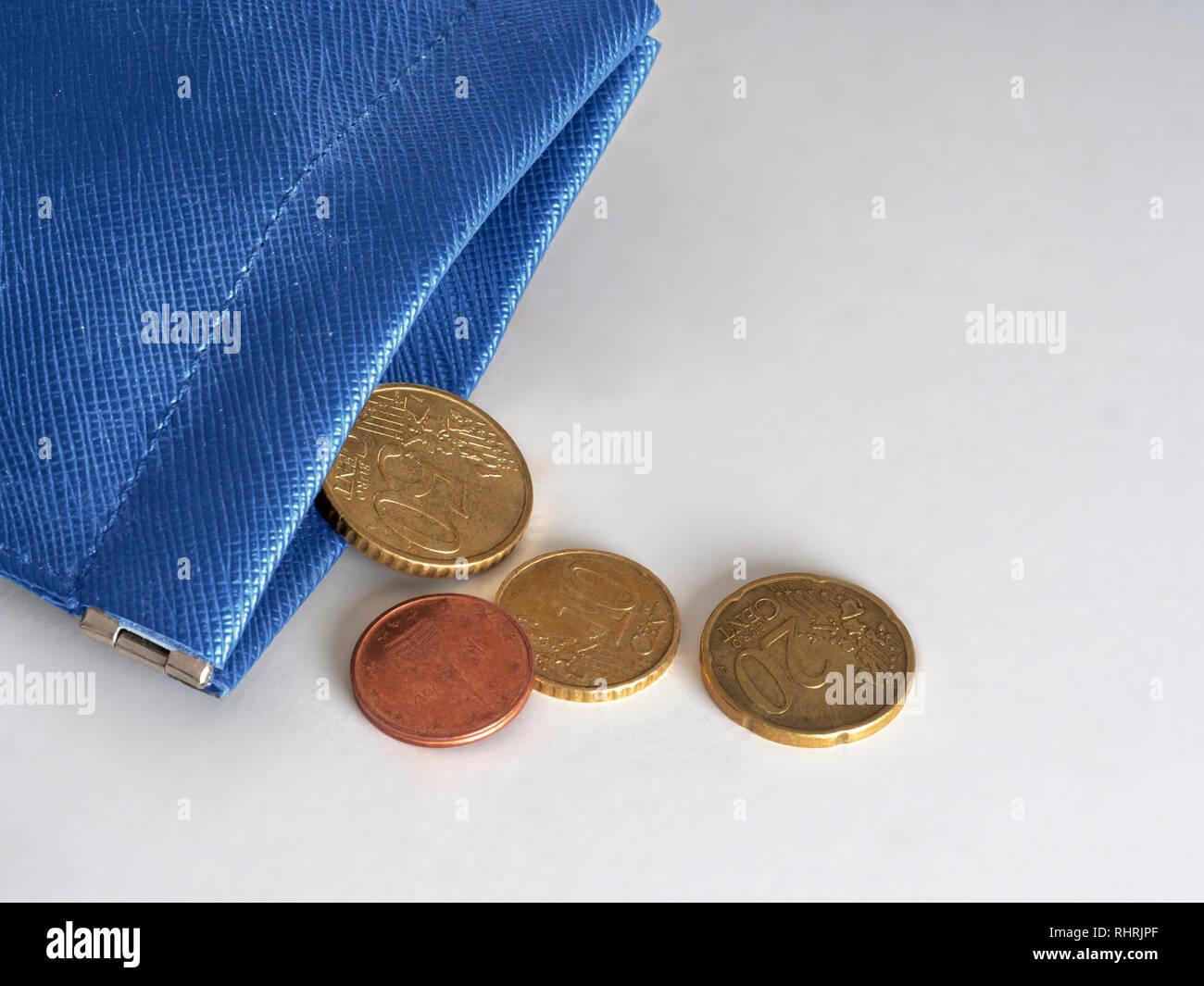 Sac à main bleu presque vide, à court d'argent, d'euros. La crise financière, bancaire, l'Union européenne, l'Europe, l'Italie etc ou la pauvreté dans l'Union européenne. Concept, métaphore. Photo Stock