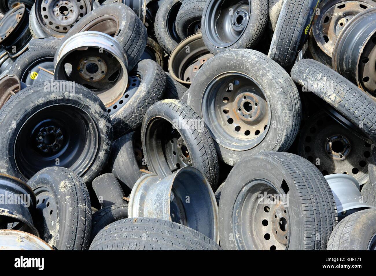 plac au hasard utilis es ou des pneus us s avec jantes ou. Black Bedroom Furniture Sets. Home Design Ideas