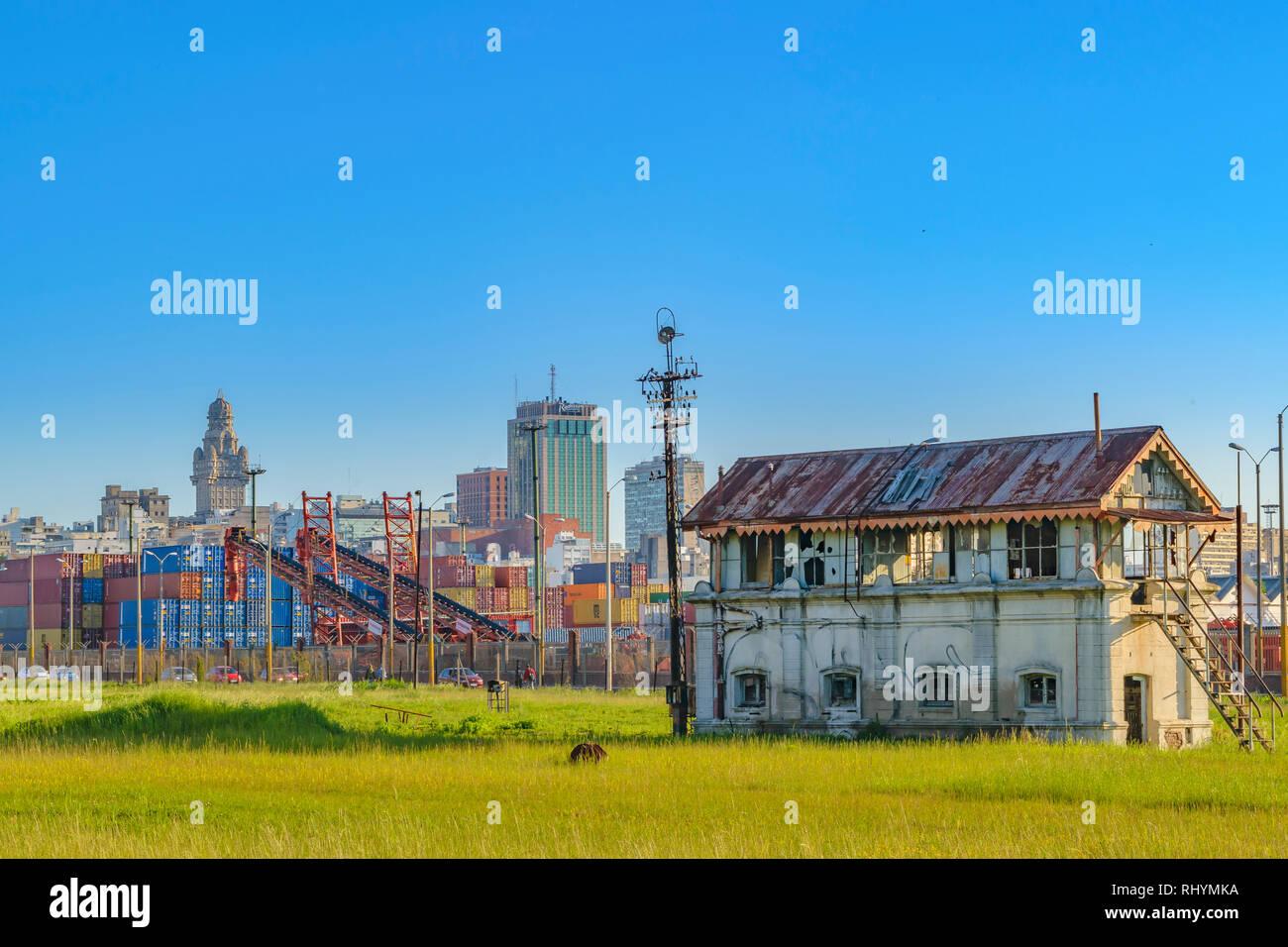 La ville de Montevideo skyline abandonnés ancienne gare point de vue Photo Stock