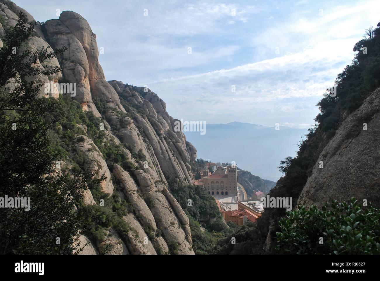 """Regarder sur Santa Maria de Montserrat l'abbaye et monastère sur le côté de la """"montagne"""" errated en Catalogne, Espagne Photo Stock"""
