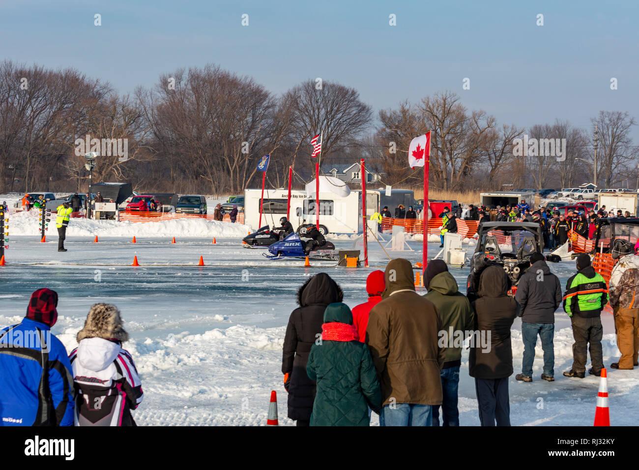 Fair Haven, Michigan - courses de motoneige sur l'Anchor Bay de glace d'un lac Sainte-Claire. Photo Stock