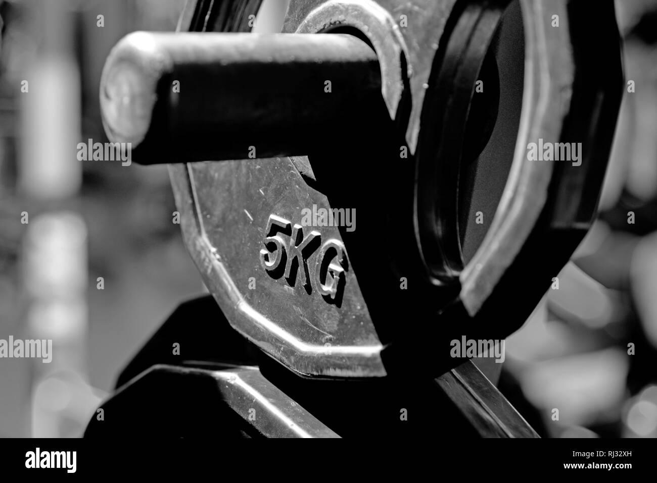 5kg barbell ou dumbell. L'entraînement sportif et l'amaigrissement. Barbell métallique. s'adapter à votre corps et perdre du poids. Les plaques de poids dans une salle de sport. Concept de sport abandonné. pas Photo Stock