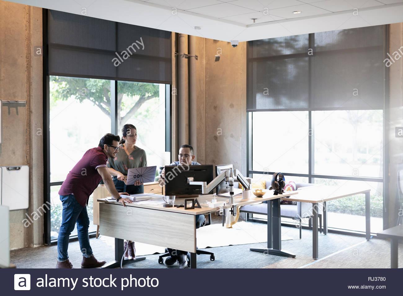 Les gens d'affaires à l'aide d'ordinateur portable et ordinateur en réunion de bureau Photo Stock