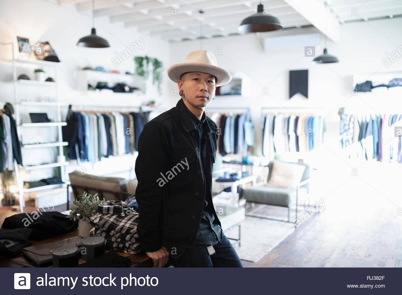 Portrait homme confiant les propriétaires d'entreprise dans le magasin de vêtements de mode masculine Photo Stock