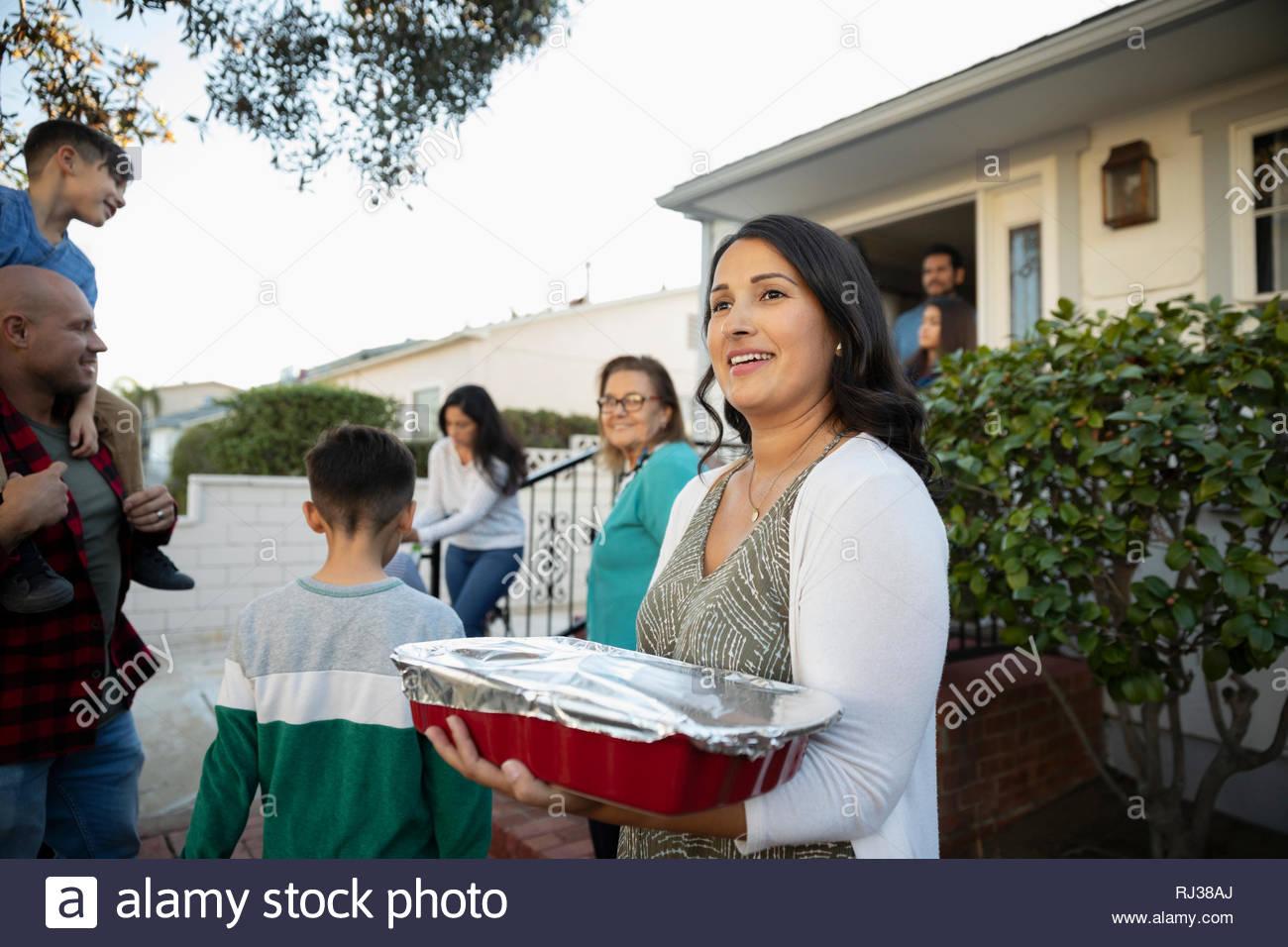 Femme Latinx avec cocotte au voisinage block party Photo Stock