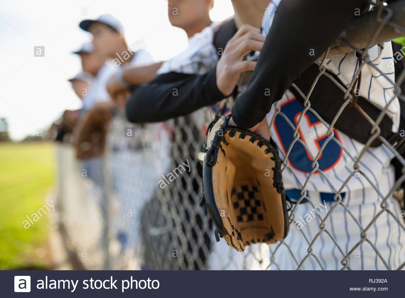 Les joueurs de baseball leaning on fence Photo Stock