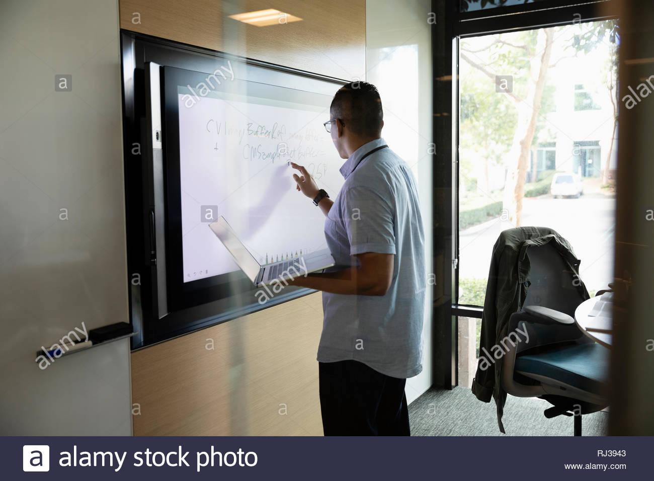 Portrait de la télévision à écran tactile dans la salle de conférence Photo Stock