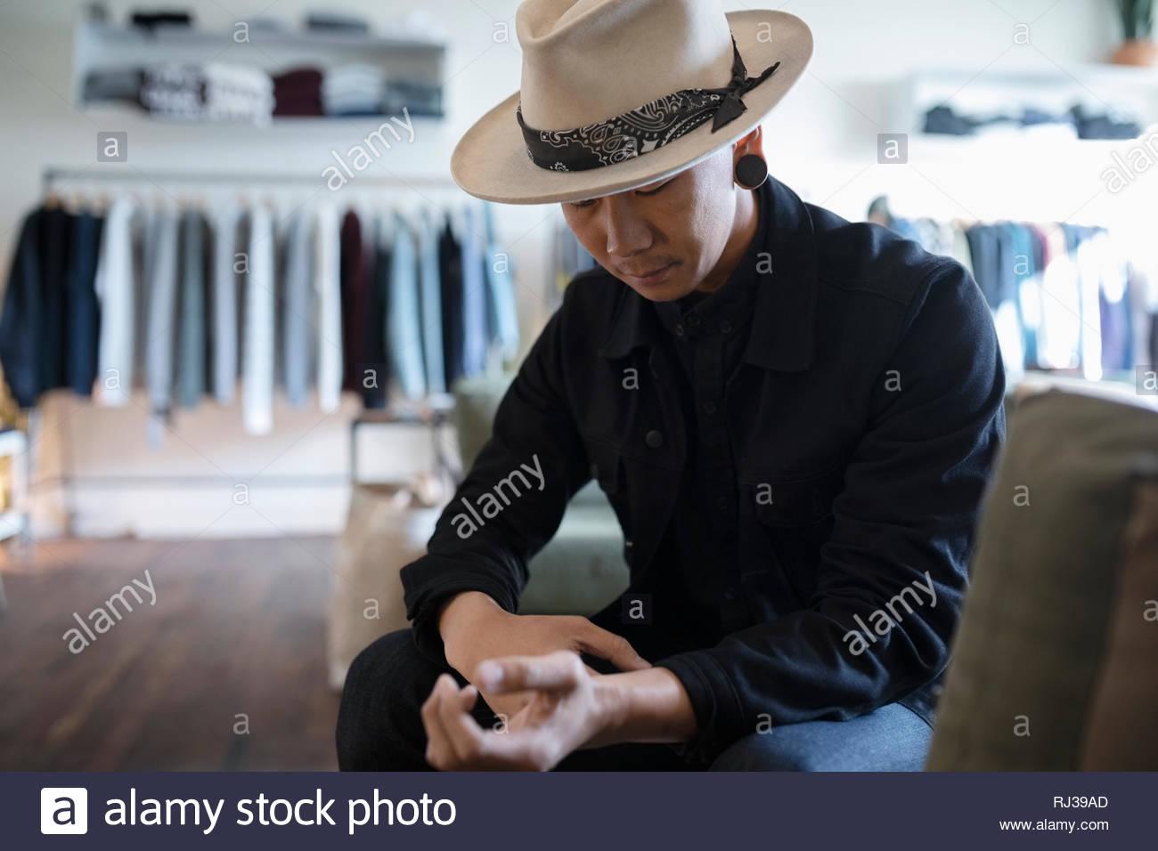 L'homme élégant magasin de vêtements Vêtements pour hommes en Photo Stock
