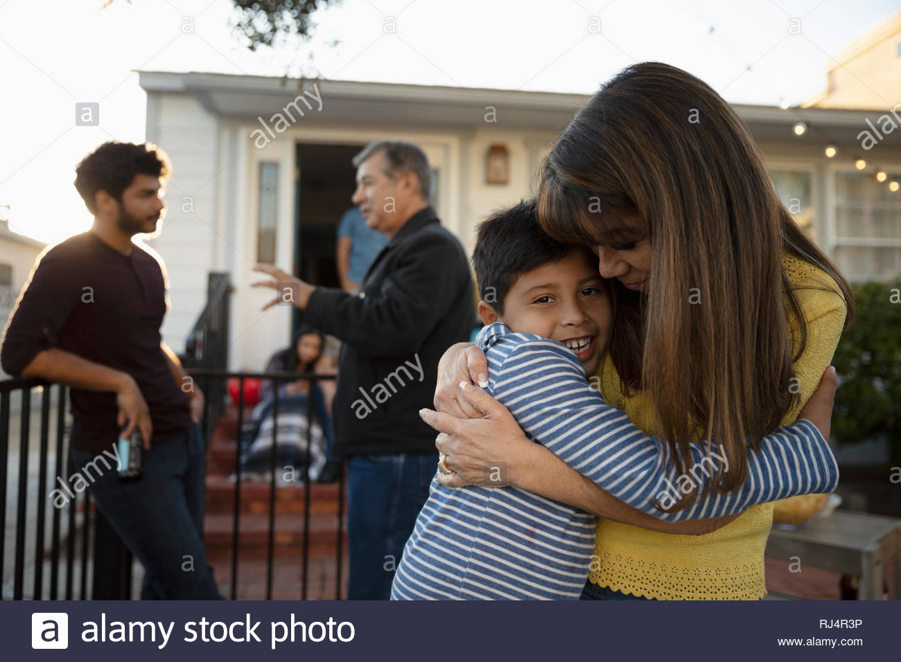 Latinx affectueuse grand-mère et petit-fils hugging Photo Stock