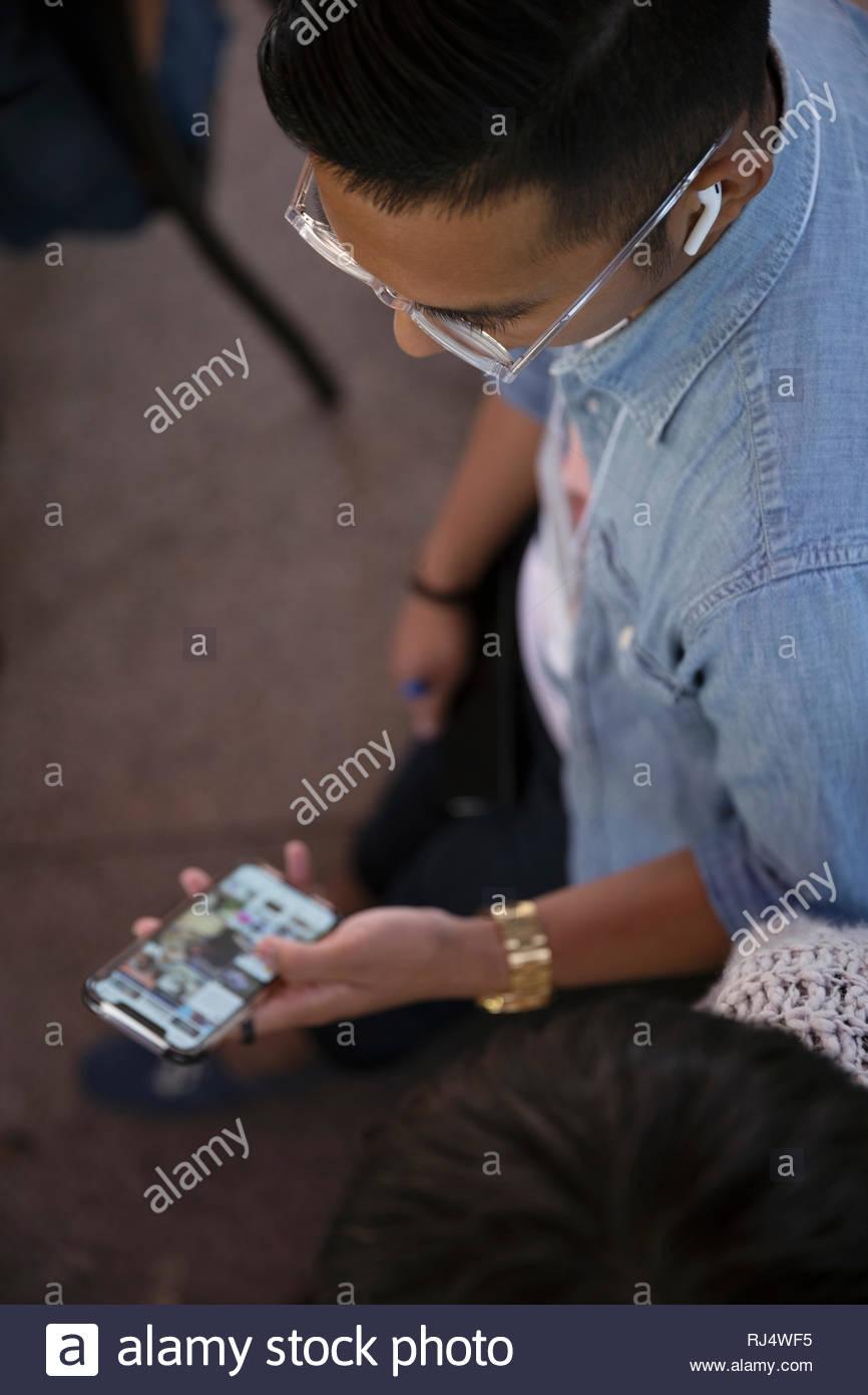 L'homme avec l'aide d'écouteurs smart phone Photo Stock