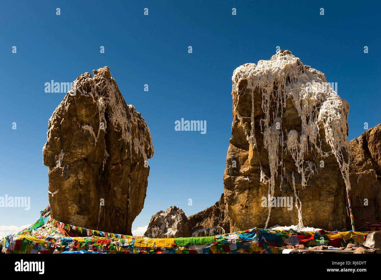 Tibet, Steine vor dem Tashi Dor Kloster Photo Stock