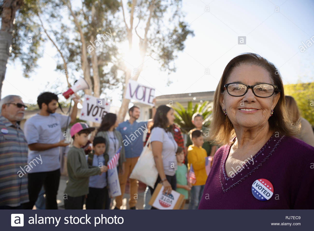 Portrait confiant Latinx senior woman le bénévolat, les électeurs de prospection avec les voisins Photo Stock