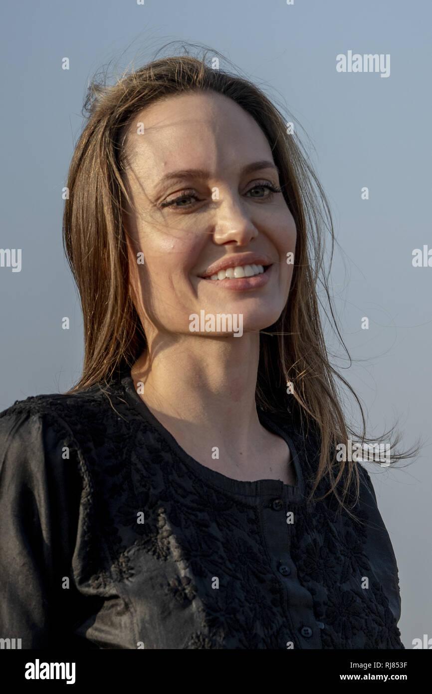 Coxbazar, au Bangladesh. Feb, 2019 5. Angelina Jolie actrice américaine et humanitaire un ambassadeur spécial pour le Haut Commissariat des Nations Unies pour les réfugiés (HCR) répondre à la conférence de presse après sa visite au camp de Kutupalong les réfugiés rohingyas à Ukhia Coxs, bazar, le Bangladesh. Credit: KM Asad/ZUMA/Alamy Fil Live News Photo Stock