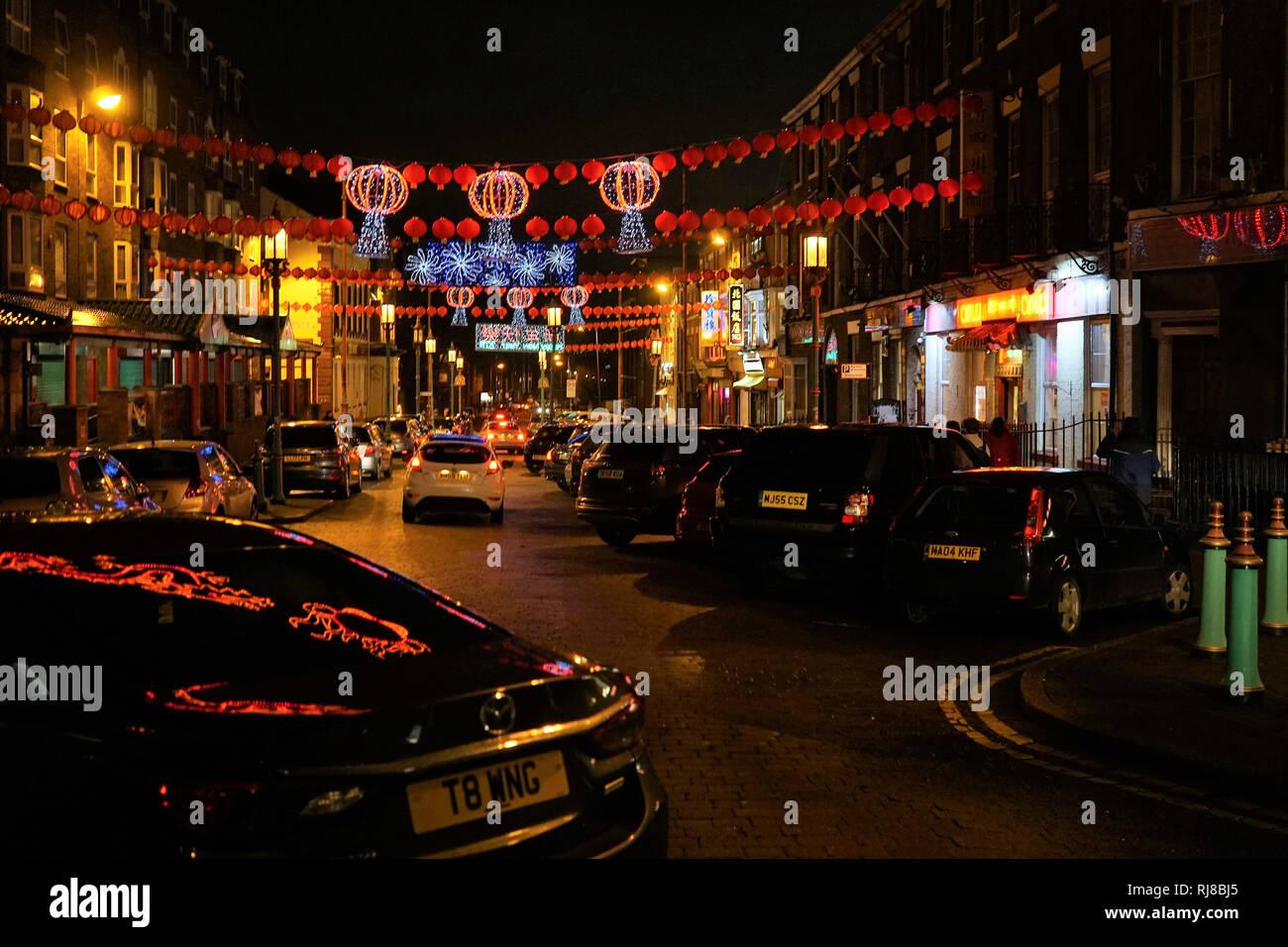 Liverpool, Royaume-Uni. 5 Février, 2019. Lanternes chinoises et feux colorés Nelson Street, mardi soir, le 5 février, dans le quartier chinois de Liverpool pour le début du Nouvel An chinois. Credit: Pak Hung Chan/Alamy Live News Banque D'Images