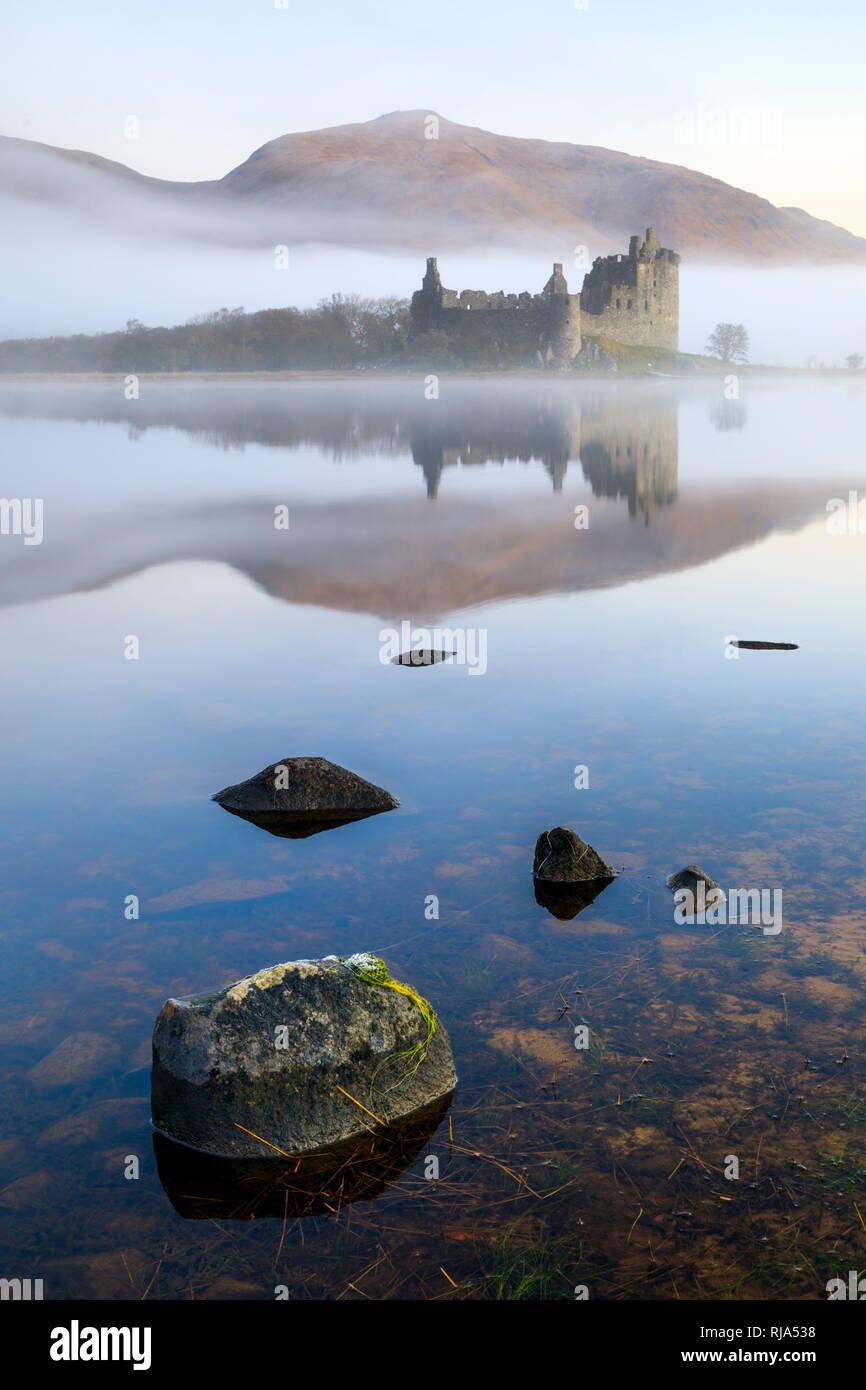 Le Château de Kilchurn sur Loch Awe capturé sur un matin brumeux. Banque D'Images