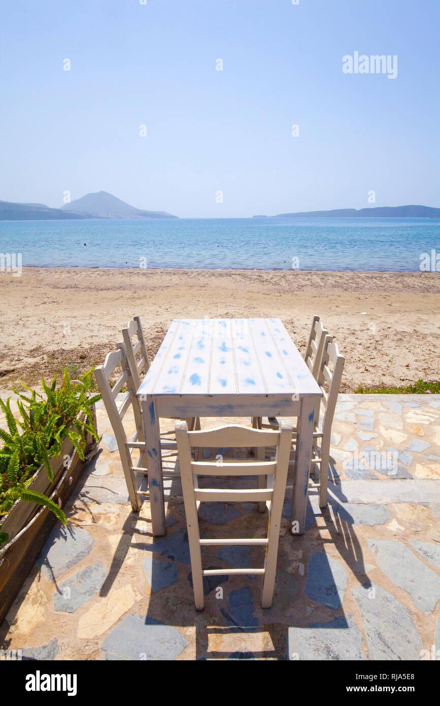 Table avec chaises sur la terrasse en face de la plage par la mer en Grèce Banque D'Images