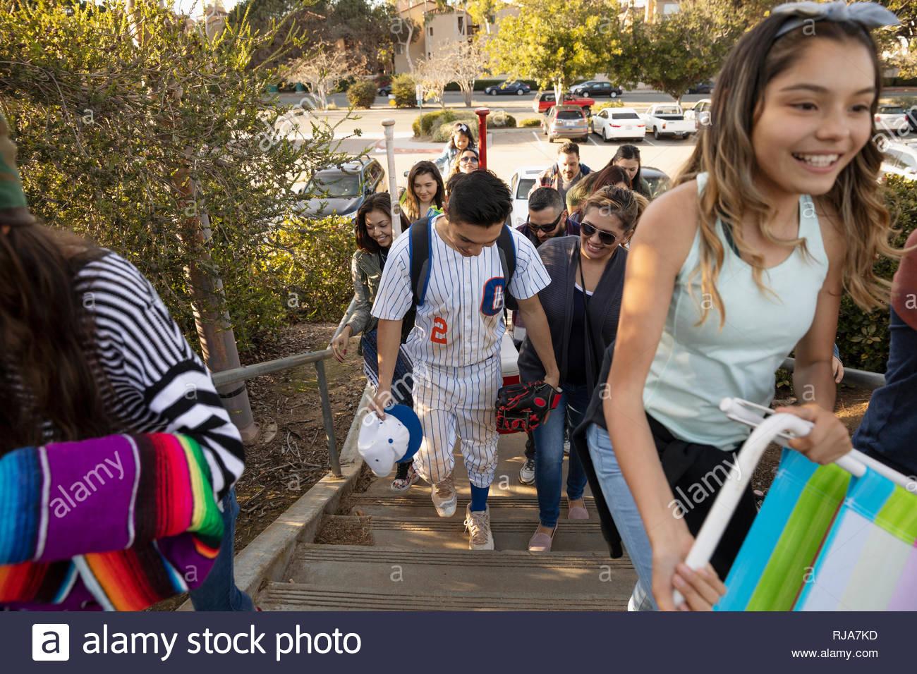 Joueur de baseball et de la famille d'arriver à jeu Banque D'Images