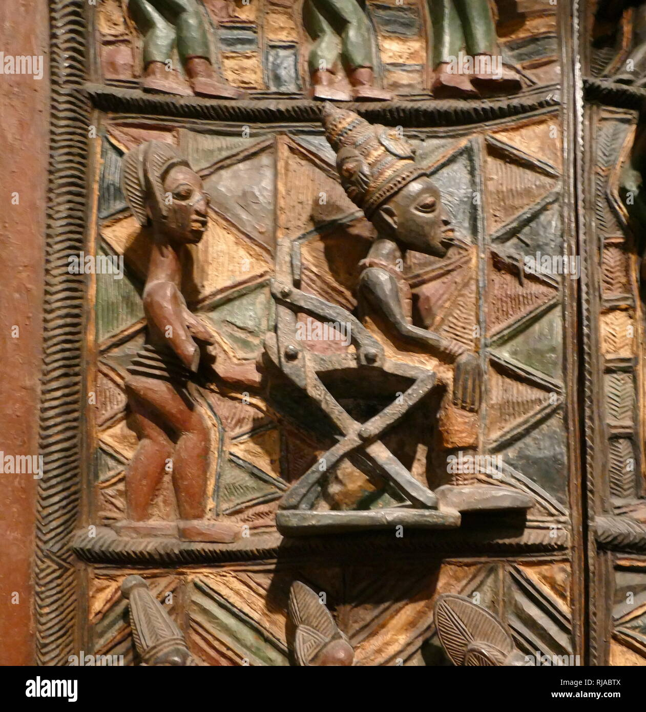 Panneau de porte en bois. Yoruba, Nigéria, 1910-1914. sculpté par Olowe d'Ise pour le palais royal à Ikere. commémorant la réception par le Ogoga (roi) en 1901, du premier administrateur britannique, le capitaine Ambrose. Banque D'Images