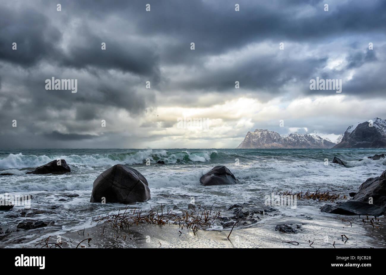 Storm clouds over beach, Lofoten, Nordland, Norvège Banque D'Images