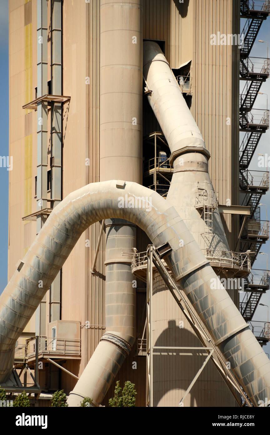 Les tuyaux de géant au four de cimenterie Cimenterie, usine de ciment, ciment, béton ou en usine Usine l'architecture industrielle Beaucaire Provence France Photo Stock