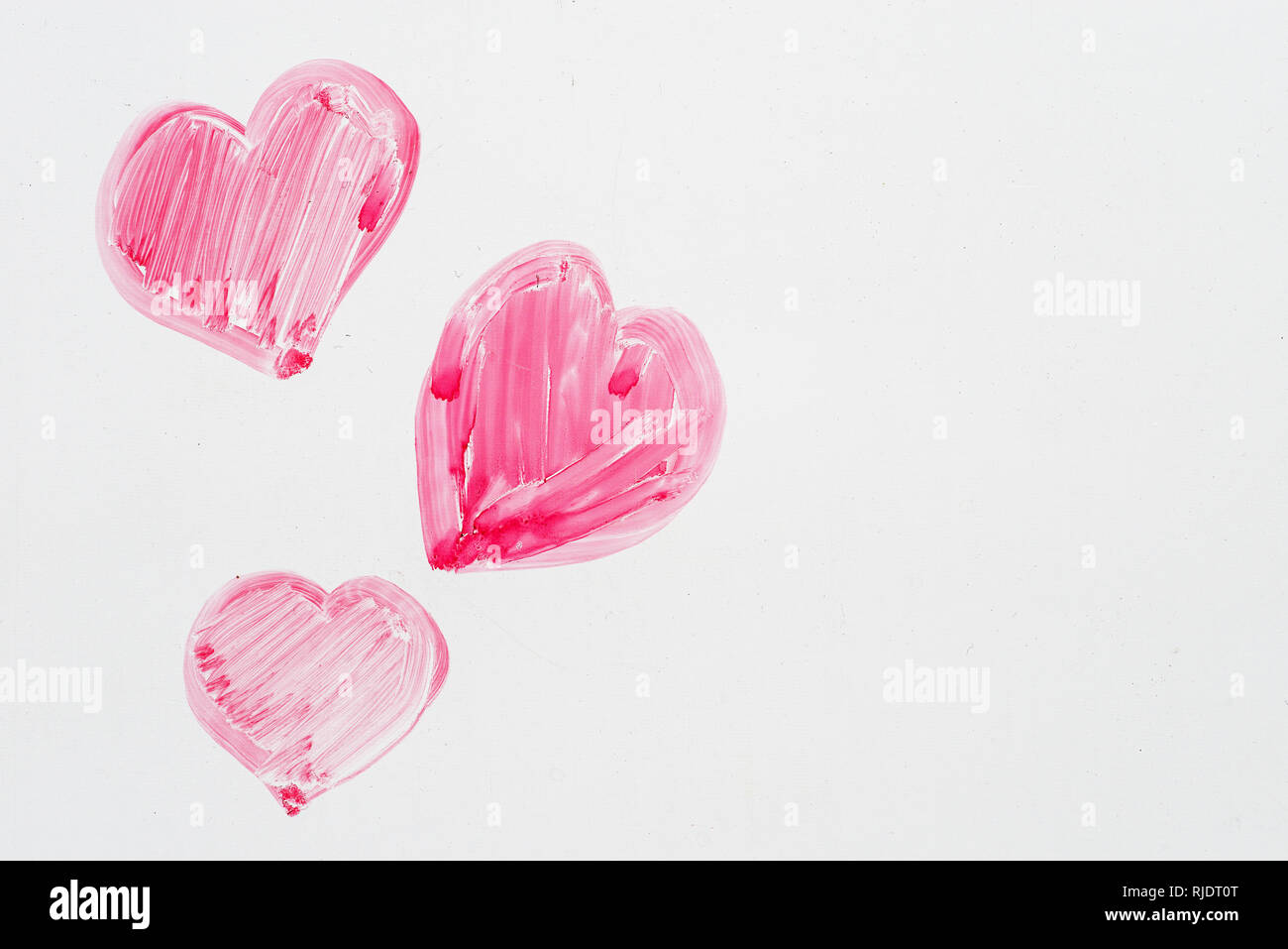 Hand drawn pink Valentines Day hearts sur un tableau. Photo Stock