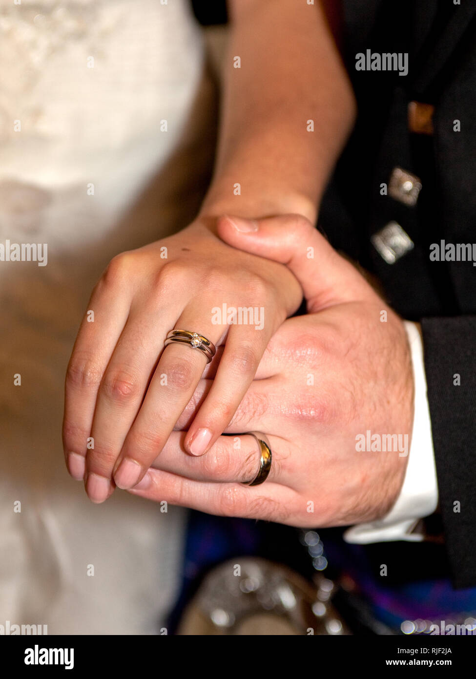 Couple mariés montrant bagues sur les doigts Photo Stock