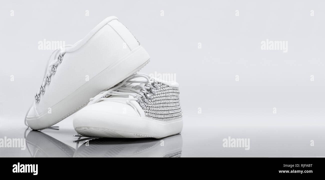 cb92f4533e6a4 Le livre blanc de femmes élégantes chaussures à crampons avec un fond blanc  avec copie espace